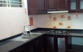 Cho thuê căn hộ chung cư số 6 Đội Nhân, 2 phòng ngủ đồ cơ bản. LH: 0915 651 569