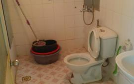 Cho thuê căn hộ chung cư 25 Tân Mai 2 phòng ngủ đồ cơ bản 6 triệu/tháng. LH: 0915 651 569