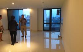 Cho thuê CHCC Golden Land, DT 132m2 sàn gỗ 3 phòng ngủ cơ bản
