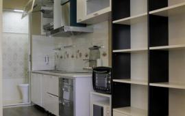Cho thuê căn hộ hiện đại 1 phòng ngủ có view hồ Trúc Bạch và hồ Tây.