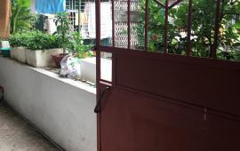 Cần cho thuê nhà tập thể tầng 4 phố Tôn Đức Thắng,2 phòng ngủ,điện nước giá dân,đủ nt.giá 5 tr/th.Lh:096676 3035.